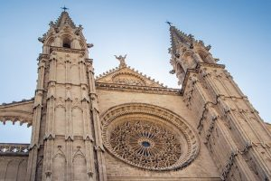 cathedral-5590968_640-300x200